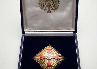 """aus """"Großvater"""": 1966 bekam mein Großvater das Große Bundesverdienstkreuz mit Stern der Bundesrepublik Deutschland verliehen."""