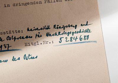 """aus """"Großvater"""": Von meinem Großvater ausgefüllter Fragebogen aus der NS-Zeit. Wozu er diente, ist dem Dokument nicht abschließend zu entnehmen. Für mich aber interessant wird dieses Dokument durch die von ihm eigenhändig notierte NSDAP-Mitgliedsnummer. Referenz: BArch, Schieder, Dr. Theodor, 11.4.08, vormals BDC"""